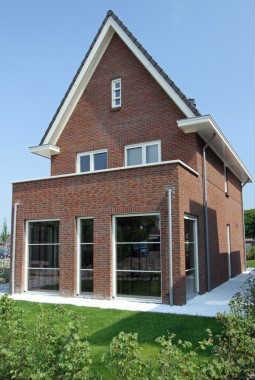 Moderne eigentijdse woningen varexhuis - Moderne huis op een helling ...