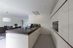 Smalle keuken met kookeiland