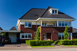 Modern huis in de breedte karakteristiek jaren 30 stijl