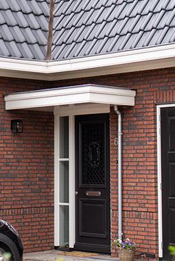 Luifel boven voordeur stijlvol en klassiek